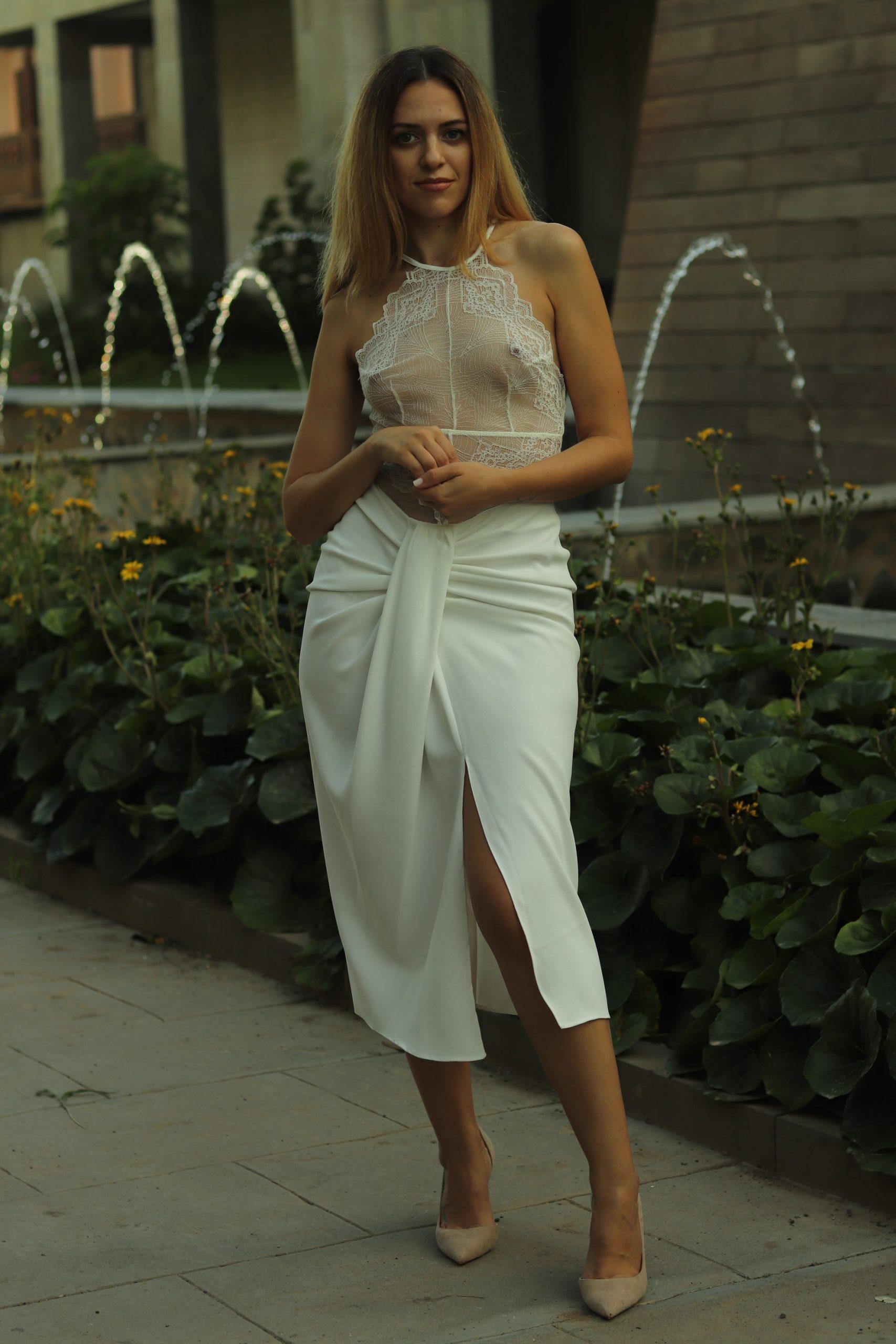 Cómo combinar un body blanco: look con falda