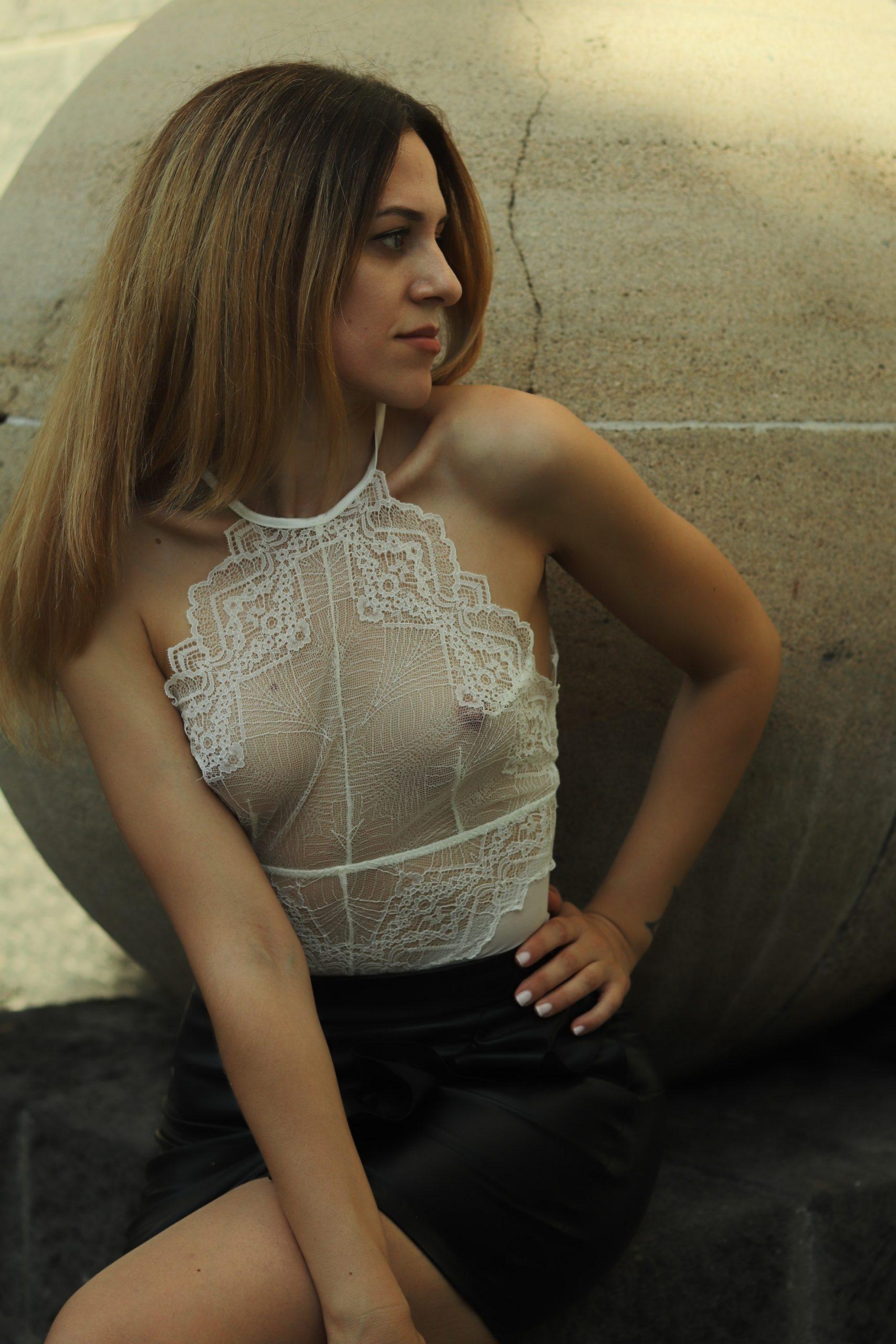 Cómo combinar un body blanco: look con faux leather