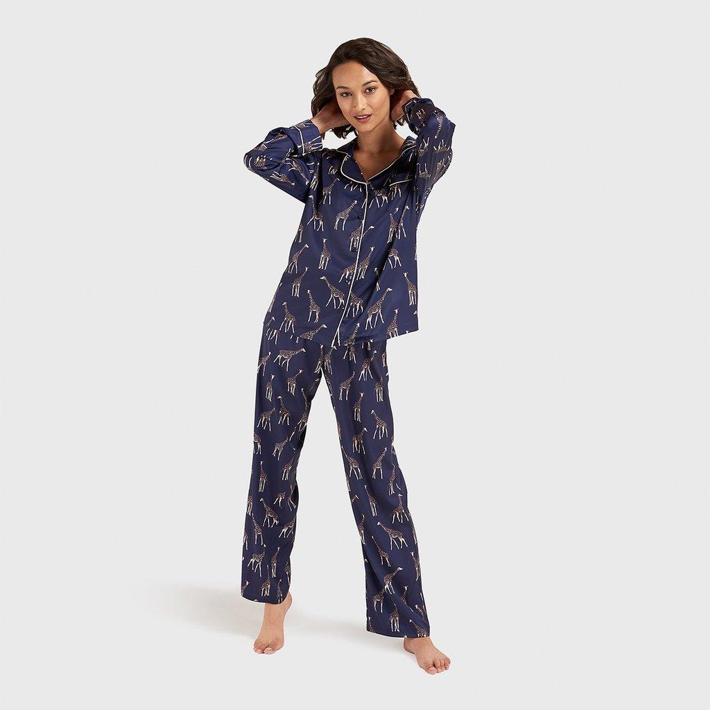 Pijama de temporada con estampado de jirafas de Bluebella