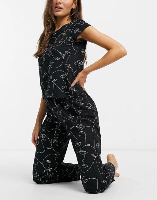 Pijama de temporada con estampado de caras, de Monki
